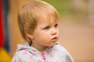 jonge schattige vrolijke baby in park foto