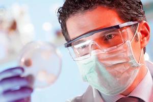 wetenschapper die petrischaal waarneemt. foto