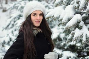 vrolijke vrouw bij sneeuwweer foto