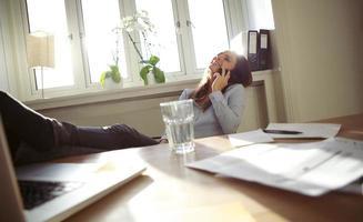 vrolijke zakenvrouw praten op mobiele telefoon foto