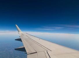 vliegtuigvleugel met kopie ruimte foto
