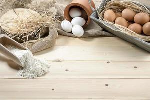 eieren en meel met kopie ruimte foto