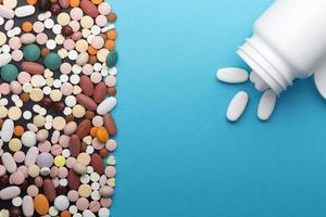 verschillende pillen en fles met kopie ruimte foto