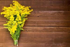 gele bloemen op houten achtergrond, kopieer ruimte foto