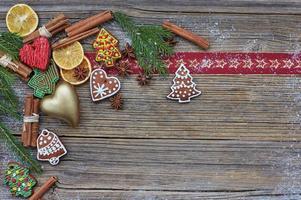 Kerst houten achtergrond met decoratie. kopieer ruimte