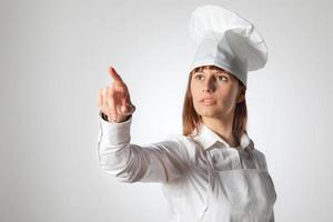 vrouwenchef-kok die lege lege geïsoleerde exemplaarruimte richten. foto