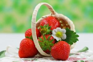 aardbeien in kleine rieten mand met kopie ruimte foto