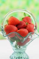 verse aardbeien in vintage glazen mand met kopie ruimte foto