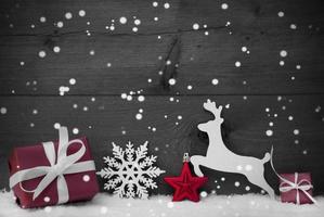 grijze kerstkaart met rode decoratie, kopie ruimte, sneeuwvlokken