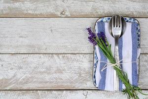 zilveren bestek op blauw wit lavendel servet met kopie ruimte foto