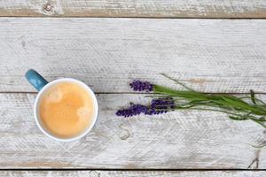 koffie en lavendel op witte houten achtergrond met kopie ruimte foto
