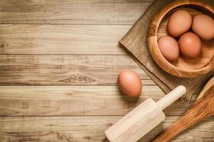 keukengerei en bakselingrediënten op houten achtergrond, exemplaar-ruimte. foto