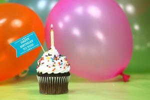 verjaardagsfeest met ballonnen, kaarsen en cake met kopie ruimte foto