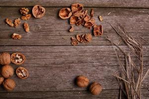 walnoten op rustieke houten plank achtergrond kopie ruimte voor tekst foto