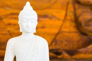 witte Boeddha op hout achtergrond foto