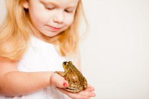 gelukkig kleine blonde prinses met een kikker, met kopie ruimte foto