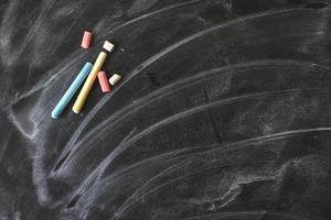 zwart oud leeg bord voor exemplaarruimte met kleurrijke stukken foto
