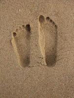 Voetafdrukken in het zand foto