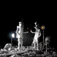 dansende aluminiumfolierobots die de maanlanding in stijl vieren foto
