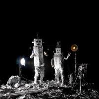 dansende aluminiumfolierobots die de maanlanding vieren foto