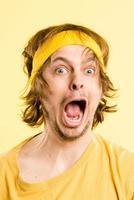 grappige man portret echte mensen high-definition gele achtergrond foto