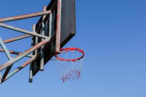 basketbalring en baan met hout wit bord foto