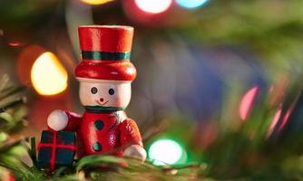 Kerstdecoratie in een boom met een kopie ruimte foto
