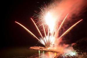 vuurwerk op het strand - kopieer ruimte