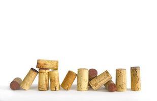 de wijn kurkt op witte achtergrond, vrije exemplaarruimte foto