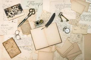 antieke accessoires, oude brieven en vintage kerstkaart foto