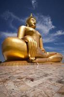 de grote mooie Boeddha in wat muang tempel, angthong, thailand foto