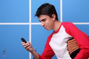 sms'en in de kleedkamer foto