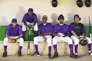 honkbalspelers zitten in dugout