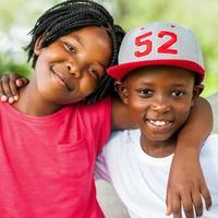 schattige Afrikaanse jongen en meisje buitenshuis. foto
