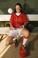 softbal speler bal gooien in dugout foto