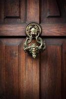 kloppen op de deur van Dracula foto