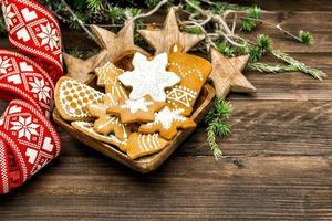 kerstversiering en handgemaakte peperkoekkoekjes foto