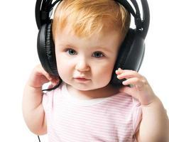baby in grote koptelefoon foto