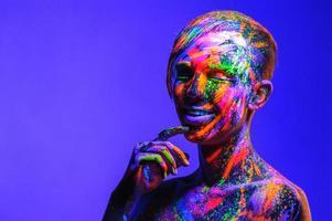 man bedekt met fluorescerende verf foto