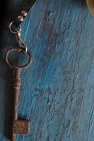 oude sleutel op de oude houten tafel