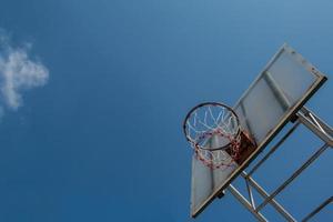basketbal bord en hoepel met blauwe hemel. foto
