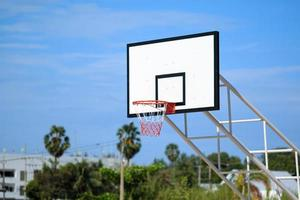 basketbalring staan op speelplaats in park foto