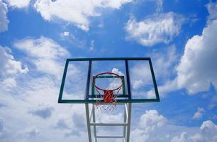 basketbalring tegen een blauwe hemelachtergrond foto