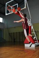 basket ball game speler bij sporthal foto