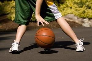 meisje dribbelt basketbal foto