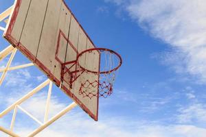 basketbalring met kooi met blauwe hemelachtergrond foto