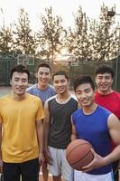 vrienden op het basketbalveld, portret foto