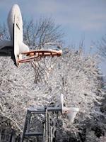 basketbalring met sneeuw