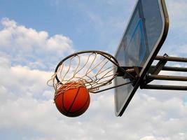 foto van basketbal dat door de hoepel vliegt
