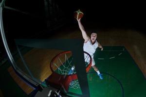 basketbalspeler in actie foto